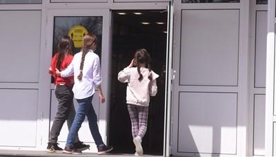 Ученици влизат в училище Снимка: Архив