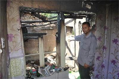 """Младият меринджей показва една от запалените къщи. Снимка: """"24 часа"""""""