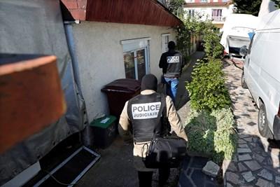 Полицията влиза в къщата на заподозрения за атентата снощи  Снимка : Ройтерс