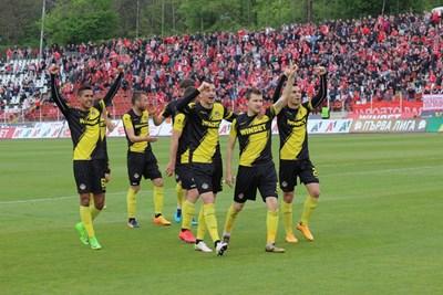"""Футболистите на """"Ботев"""" се радват на триумфа си. СНИМКА: Снимки: Румяна Тонева"""