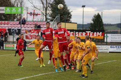 """Рангелов (скочилият вляво)  оачква центрираната топка в пеналта на """"Ауербах"""". Снимка: сайт на """"Енерги""""."""