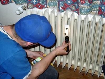 Работник отчита данните на топломер. СНИМКА: ПАРСЕХ ШУБАРАЛЯН