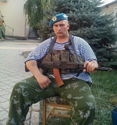 Близнаков позира с военна униформа и автомат в Украйна, където бил част от проруско паравоенно формирование още преди скандала с побоя.