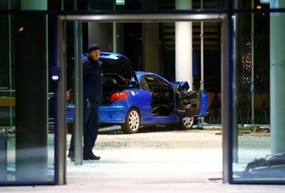През декември миналата година мъжът се блъсна с колата си в централата на ГСДП  СНИМКА: Ройтерс