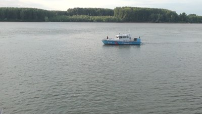 """Наряди на """"Гранична полиция"""" продължават издирването на изчезналото в речните води на Дунав вчера 14-годишно момче. Снимка Авторката"""