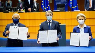 Антониу Коща (вляво), Давид Сасоли и Урсула фон дер Лайен показват подписаната декларация за Конференцията за бъдещето на Европа.