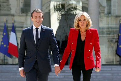 Френският президент Еманюел Макрон и съпругата му Брижит в двора на Елисейския дворец. Двамата пристигат заедно във Варна. СНИМКА: РОЙТЕРС