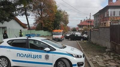 Полиция охранява района на катастрофата. На заден план се вижда мерцедесът, забит в тротоара. Снимка:Елена Фотева