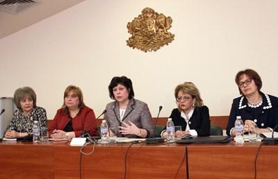 Заместник-министърът на образованието и науката Таня Михайлова (в средата) представи 17 национални програми. СНИМКА: Румяна Тонeва