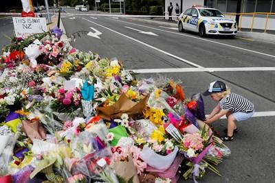 Десетки оставиха цветя в Крайсчърч, за да почетат паметта на загиналите   СНИМКА: Ройтерс