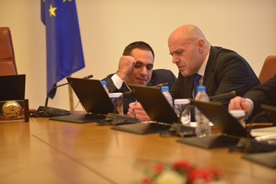 Вицепремиерът Томислав Дончев, който отговаря за оперативните програми и министърът на икономиката Емил Караниколов на заседание на правителството.