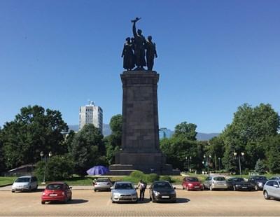 Така би изглеждал Паметникът на Съветската армия на мястото, където беше мавзолеят. Високата сграда в дъното е Министерството на транспорта, известна по времето на соца като Кубадиновата кула по името на Пенчо Кубадински.  СНИМКИ И КОЛАЖ: ЕЛИЦА БЕЛИШКА