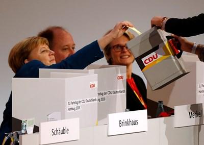 Меркел гласува на изборите за нов лидер на партията й. Снимка РОЙТЕРС