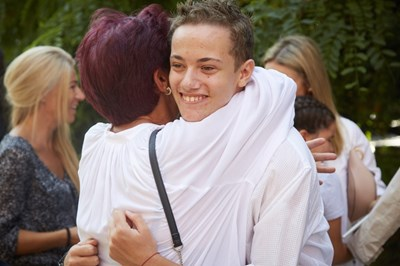 Юли прегръща баба си Милка на кръщенето.