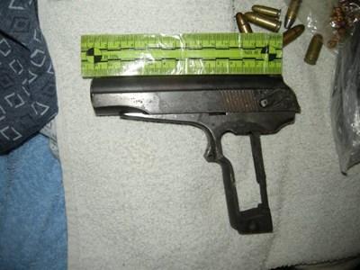 При акцията са иззети различни оръжия, сред тях пистолети СНИМКА: СПЕЦИАЛИЗИРАНА ПРОКУРАТУРА