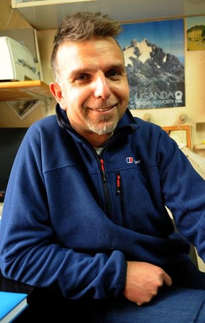Боян Петров в своя офис в Природонаучния музей. Помещението е пълно с книги, снимки и епруветки с най-различни животински виове. СНИМКА: Алексей Димитров