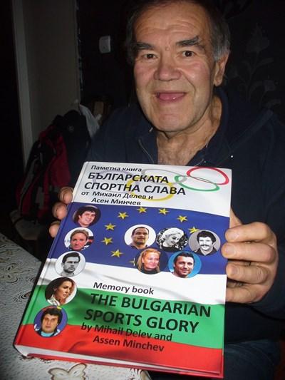 """Никола Динев отнесе в Испания новоиздадената книга """"Българската спортна слава"""", в която има редове и за неговите успехи на тепиха. СНИМКА: Ваньо Стоилов"""