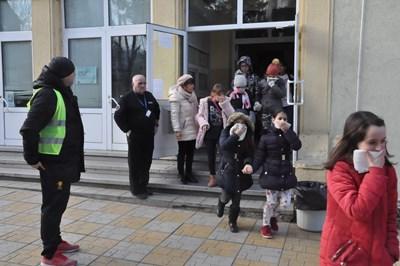 """Учениците от ОУ """"Св.Климент Охридски"""" бяха """"евакуирани"""" за минути."""