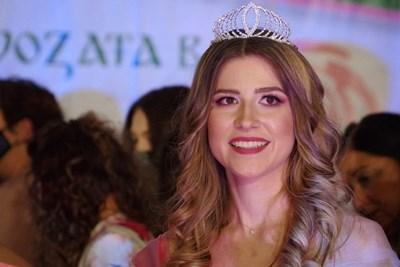Тази година короната на Царица Роза заслужи абитуриентката от Професионалната гимназия по лека промишленост и туризъм в Казанлък Александра Хаджихристова. СНИМКИ: Община Казанлък