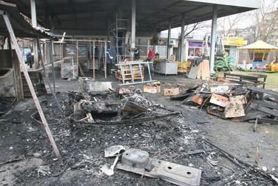 Така изглеждаше пазарът след пожара. Снимка ЕВГЕНИ ЦВЕТКОВ