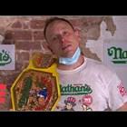 Мъж изяде рекордните 75 хотдога за 10 минути (Видео)