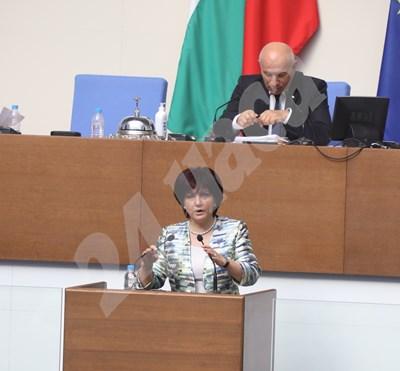 Депутатите дебатират по искането за оставката на Цвета Караянчева над час и половина.