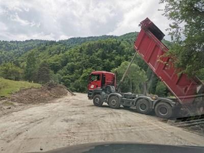 Машини разчистват трасето Ситово-Лилково, което също е сред спрените обекти.