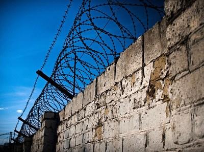 Телените заграждения не попречили на затворника да избяга