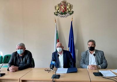 Областният управител на Кюстендил Александър Пандурски (в средата) награди д-р Кръстев и д-р Величков.