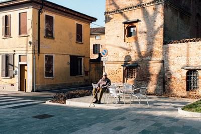 87-годишен италианец седи самотен на площада в Сан Фиорано - едно от градчетата под карантина.  Улиците опустяха в червената зона. СНИМКА: РОЙТЕРС