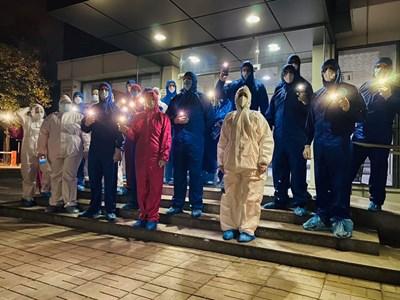 """Медиците излязоха пред УМБАЛ """"Св. Георги"""" със защитни облекла и включени фенери на телефоните си. Снимки: болница """"Каспела"""""""
