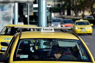 """За извършване на пътнически превози с лек автомобил срещу заплащане в България колата трябва да е лицензирана като таксиметрова, което означава да бъде и външно обозначена с надпис """"такси"""" и да е жълта на цвят. СНИМКА: """"24 ЧАСА"""""""