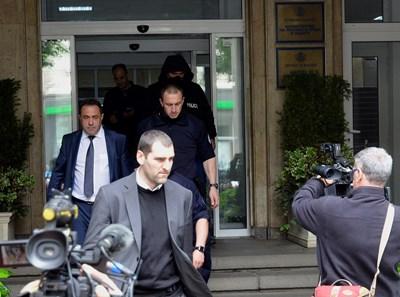 Прокурор Ангел Кънев (на преден план) извежда Красимир Живков от министерството. СНИМКА: Йордан Симeонов