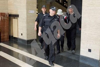 Полицаи водят Любо Гребеца в съда. СНИМКА: 24 часа