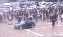 Хулиганът с голфа пред парламента псувал и блъскал полицаи