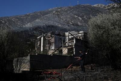 Опожарена къща в покрайнините на Атина СНИМКА: РОЙТЕРС
