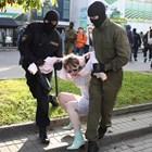 Често пъти полицаите, потушаващи протестите, са с маски, покриващи изцяло лицата им. Снимка Ройтерс