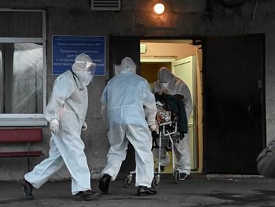 Руски медици вкарват заразен с коронавирус в болница в град Омск.