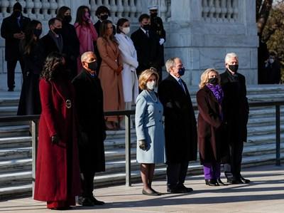 Различни нюанси на лилавото в облеклото си избраха при встъпването в длъжност на новия американски президент Джо Байдън първите дами Мишел Обама и Хилари Клинтън, както и на първата жена вицепрезидент на САЩ Камала Харис. Снимки: Ройтерс
