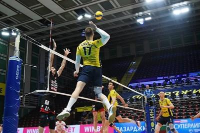 """Александър Ляфтов от """"Хебър"""" атакува, а Жани Желязков от """"Нефтохимик"""" е разперил ръце с надежда да го спре по време на първия мач от финалния плейоф във волейболната Суперлига за мъже. Пазарджиклии спечелиха с 3:1 и поведоха в серията. СНИМКА: НАЦИОНАЛНА ВОЛЕЙБОЛНА ЛИГА"""