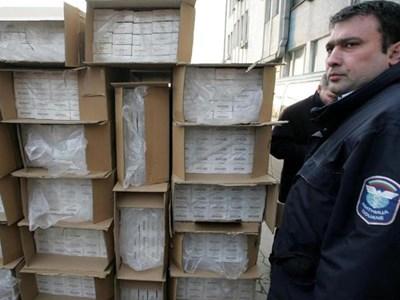 """Заловените на пристанище Варна 498 500 кутии цигари """"Виктори"""". СНИМКА: ОРЛИН ЦАНЕВ"""