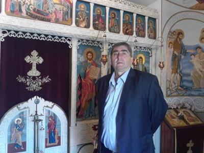 Иван Кьосев пред олтара на храма, построен от него.