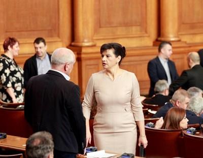 Шефката на здравната комисия на НС Даниела Дариткова и депутатът от ГЕРБ Димитър Главчев разговарят по време на дебатите. СНИМКА: ВИЛИ НИКОЛОВ