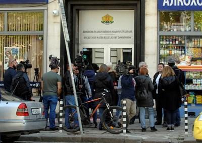 Журналисти чакат пред КЕВР зам.главния прокурор Борислав Сарафов и агентите на ДАНС СНИМКА: Алексей Димитров