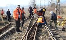 Работници бързат с ремонта, за да пуснат движението по подбалканската линия към 16,30 часа (Снимки)