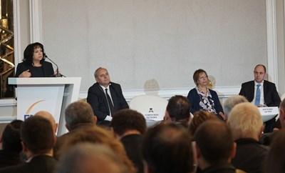 Министърът на енергетиката Теменужка Петкова обясни по време на кръглата маса какъв механизъм за капацитет за тецовете предлага държавата. СНИМКА: Снимка: Десислава Кулелиева