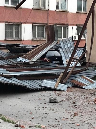 Ураганен вятър застигна Враца и нанесе щети (Снимки)