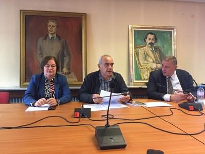 Донка Михайлова, Костадин Паскалев и Петър Мутафчиев обявяват инициативата си.