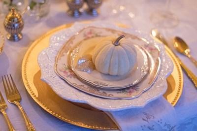 Подложната чиния е с по-големи размери от всички останали и е от същия материал, от посребрен или друг фино изработен материал.