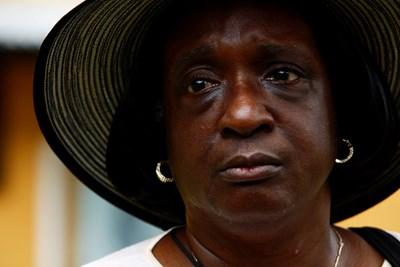 62-годишната Мириам Алан от Ню Йорк разказва историята на предците си при река Асин Мансо, Гана, където робите се къпят за последен път, преди да бъдат изпратени през Атлантическия оке океан към Америка Снимки: Ройтерс